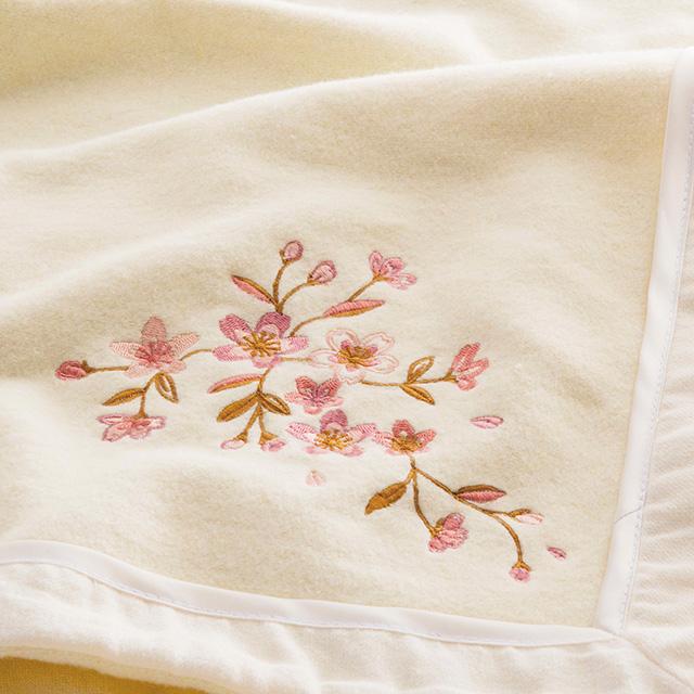 木箱入り さくら刺繍シルク混綿毛布(毛羽部分) アイボリー メイン画像